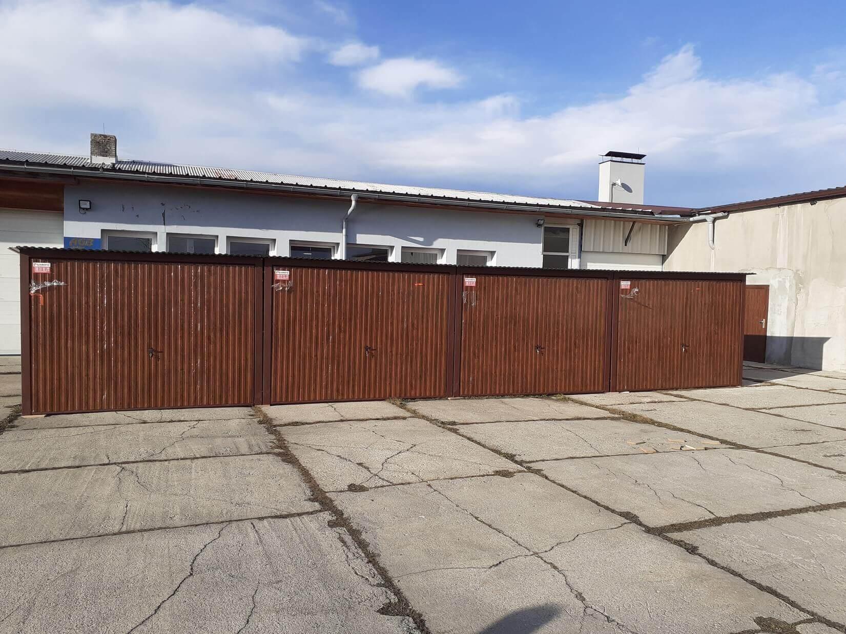 Plechová garáž 12×5 so spádom strechy dozadu tmavý orech