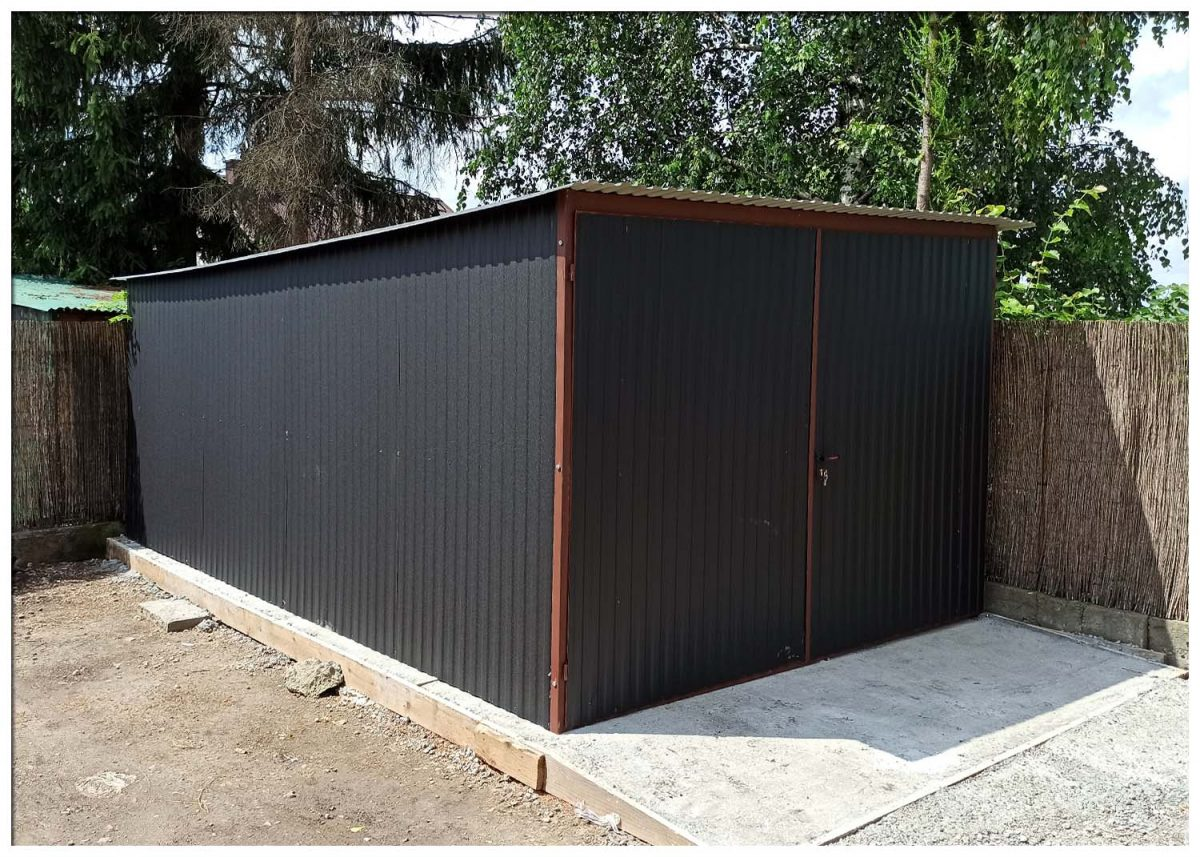 Két beállós garázs 3x5 m, hátra lejtő tetővel fekete matt színben